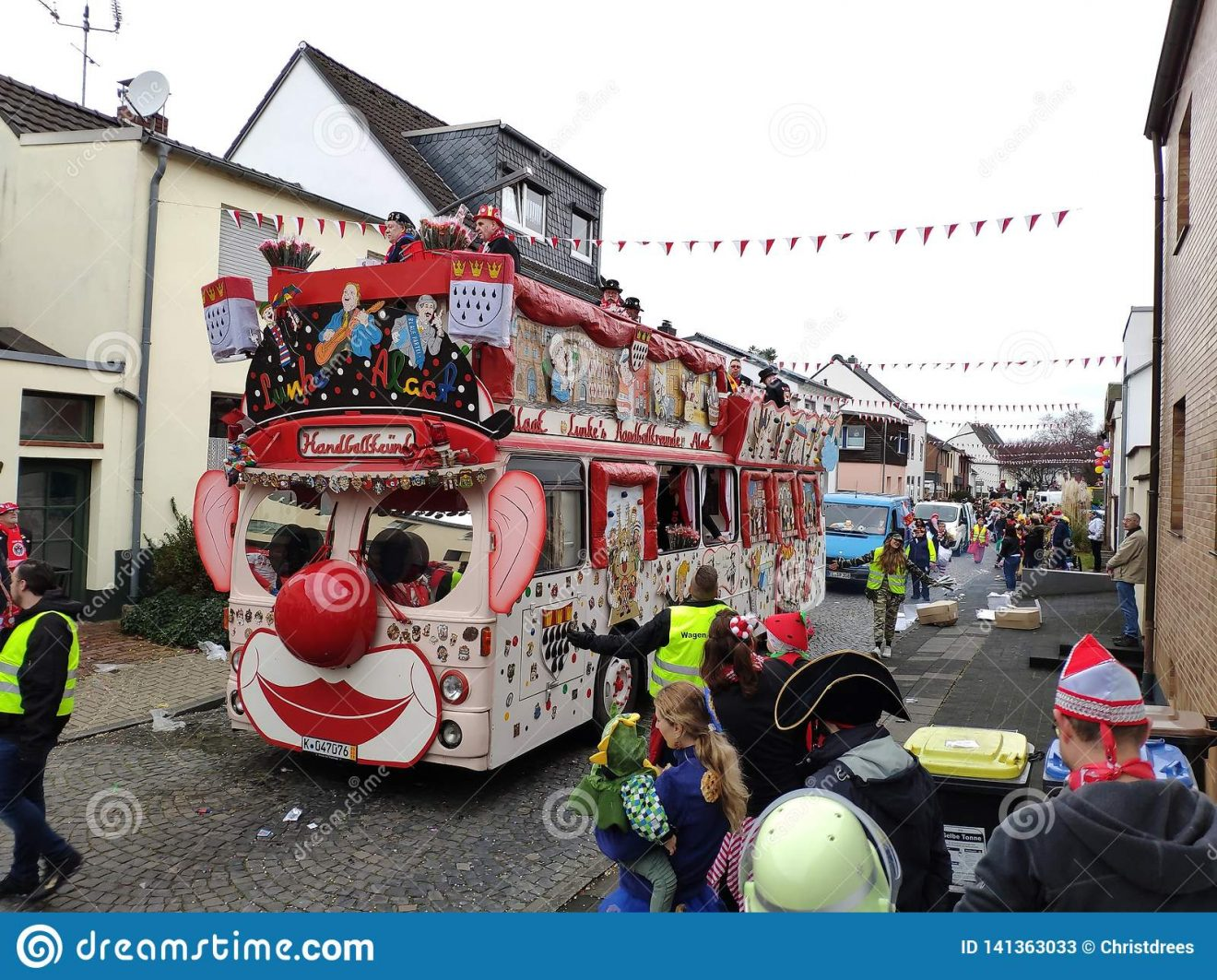 het-een-bus-reuzeclown-keulen-duitsland-maart-traditionele-straat-carnaval-niet-geïdentificeerde-mensen-vlotters-toejuichen-141363033