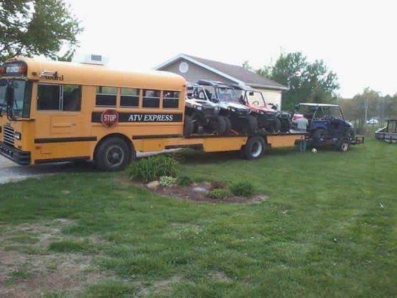 schoolbus met tractoren